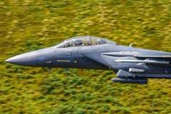 Streikadler ` ` U.S.A.F. F15 niedrige Fliege Wales, Großbritannien Stockfotos