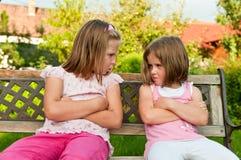 Streit - beleidigte Schwestern Stockfoto