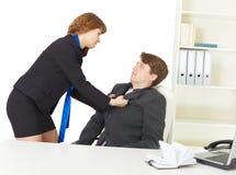 Streit der Männer im Büro Stockbilder