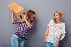Streit mit zwei Frauen Stockbilder