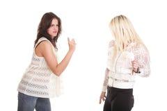 Streit, schreiend zwischen zwei jungen Frauen blond und Brunette Stockbild