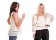 Streit, schreiend zwischen zwei jungen Frauen blond und Brunette Lizenzfreie Stockfotografie