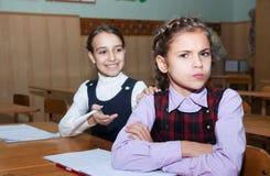 Streit zwischen Schulmädchen Stockfoto