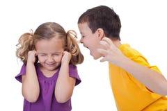 Streitene Kinder - Junge, der zum Mädchen schreit Lizenzfreie Stockfotografie