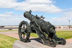 Strelna Россия пушка Деталь памятника к прогулке царя стоковые изображения
