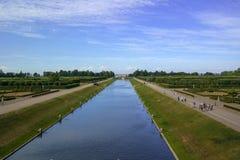 Strelna Rosja, Lipiec, - 4, 2015: Kanał w parku Konstantinovsky pałac - siedziba prezydent Rosja obraz royalty free