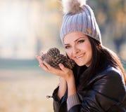 Strelnikova_Svetlana Kobiety szarość dziająca suknia, kapelusz, rzemienny jac Zdjęcia Stock