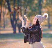 Strelnikova_Svetlana Kobiety szarość dziająca suknia, kapelusz, rzemienny jac Fotografia Stock