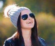 Strelnikova_Svetlana Vrouwen grijze hoed, zwart gezongen leerjasje, Stock Fotografie
