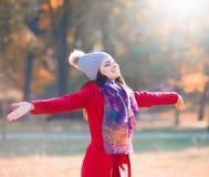Strelnikova_Svetlana Vrouwen rode laag en grijze hoed, sjaal! Stock Afbeelding