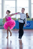 Strelskiy Aleksander en Ratomskaya Anna Perform jeugd-1 Latijns-Amerikaans Programma Stock Foto's