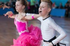 Strelskiy Aleksander och Ratomskaya Anna Perform Juvenile-1 latin - amerikanskt program Arkivfoton