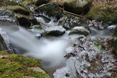 Strem do rio com sincelos congelados Fotografia de Stock Royalty Free