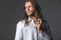 Streng mannelijk bespuitend parfum op zijn hals royalty-vrije stock fotografie