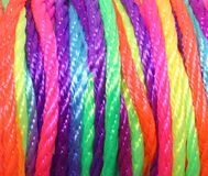 streng van multicolored synthetische stof met levendige heldere kleuren stock afbeelding