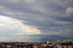 Streng weeronweer met zwarte wolken die overal stad en Adriatische Overzees komen royalty-vrije stock afbeelding