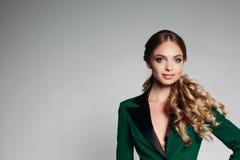 Strenge Art des Büros Blondes Mädchen mit dem schönen gewellten Haar in einem Grün, stilvolle Bürojacke Freundlich, lächelnd mit Lizenzfreie Stockbilder