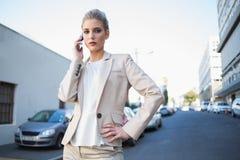 Strenge elegante Geschäftsfrau am Telefon Lizenzfreies Stockbild