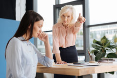 Strenge erfolgreiche Geschäftsfrau, die auf die Tür zeigt Lizenzfreies Stockbild