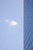 Strenge Fassade des Bürogebäudes und einer Wolke Lizenzfreies Stockfoto