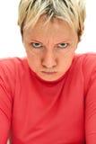 Strenge Frau. ernstes Schauen mit luftgestoßener oben Backe Lizenzfreies Stockfoto