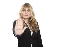 Strenge Geschäftsfrau, die eine Endgeste macht Stockbilder