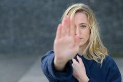 Strenge jonge vrouw die een eindegebaar maken Royalty-vrije Stock Fotografie