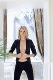 Strenge junge schulterfreie Frau, die im Mantel aufwirft lizenzfreies stockfoto