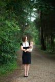 Strenge Mutter, die ein Baby hält Stockbild