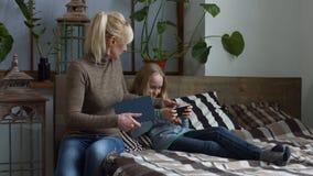 Strenge Mutter, die ihre Tochter Hausarbeit tun lässt stock video