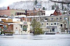 Strenge overstroming op de Muskoka-Rivier die Huntsville, Ontario doornemen royalty-vrije stock foto