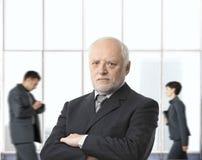 Strenger älterer Geschäftsmann Stockbild