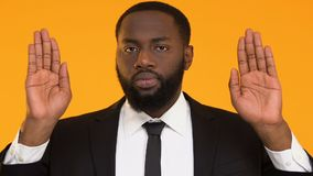 Strenger afroer-amerikanisch Mann in der Klagenvertretungsendgeste, Arbeitsrechtschutz stock video