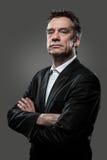 Strenger Geschäftsmann auf grauem hohem Constrast stockfotos