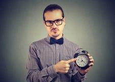 Strenger Mann, der auf Uhr zeigt Stockbilder
