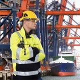Strenger schauender Hafenarbeiter Stockfoto