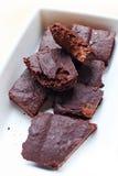 Strenger Vegetarier fragt Schokoladen-Schokoladenkuchen ab Stockbilder