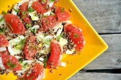 Strenger Vegetarier, roher Salat mit Quinoa, Pampelmuse und Fenchel Stockbild
