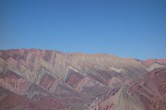 strepen en kleuren - Cierro 14 colores/veertien kleuren heuvel - humahuaca, het noorden van Argentinië royalty-vrije stock foto