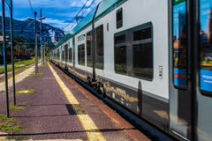 STRESA, ΙΤΑΛΊΑ - 14 ΙΟΥΛΊΟΥ 2016 Σιδηροδρομικός σταθμός Stresa και τραίνο Trenord Ιταλία άφιξης Στοκ Εικόνες