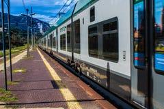 STRESA, ITÁLIA - 14 DE JULHO DE 2016 Estação de trem de Stresa e trem de chegada Trenord Italia Foto de Stock