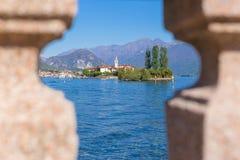 Stresa, Verbania, Italia - 21 aprile 2017: Punto di vista dei pescatori dell'isola; le isole di Borromean del lago Maggiore in Pi Immagini Stock Libere da Diritti