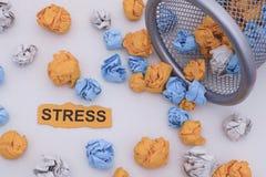 stress Desenrolar de papel amarrotado colorido das bolas de um balde do lixo Fotografia de Stock Royalty Free