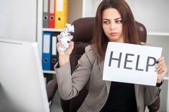 stress A mulher de negócio nova infeliz, necessidades ajuda a controlar o trabalho imagens de stock royalty free