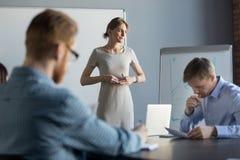Stressad affärskvinna som känner nervöst tänka av problemet på M arkivfoton