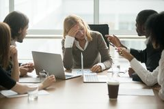 Stressad affärskvinnakänsla tröttade lidande från respektlöshet a royaltyfri fotografi