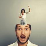 Stressad affärsman med den skrikiga kvinnan Arkivfoton