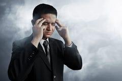 Stressad affärsman på rökbakgrund Royaltyfri Fotografi