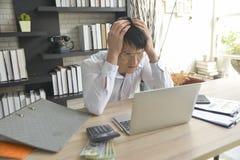Stressad affärsman som arbetar under tryck royaltyfri foto