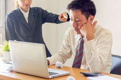 Stressad affärsman som har problem och huvudvärken, felaktig adm arkivfoton